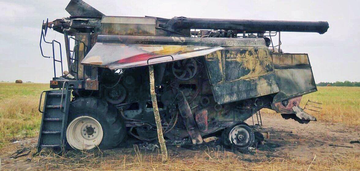 Комбайн сгорел прямо во время работы в поле в Белыничском районе. Милиция задержала пьяного тракториста