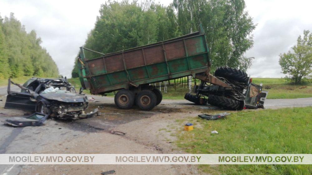 Легковушка влетела в трактор с прицепом на Могилевщине — погибли два человека