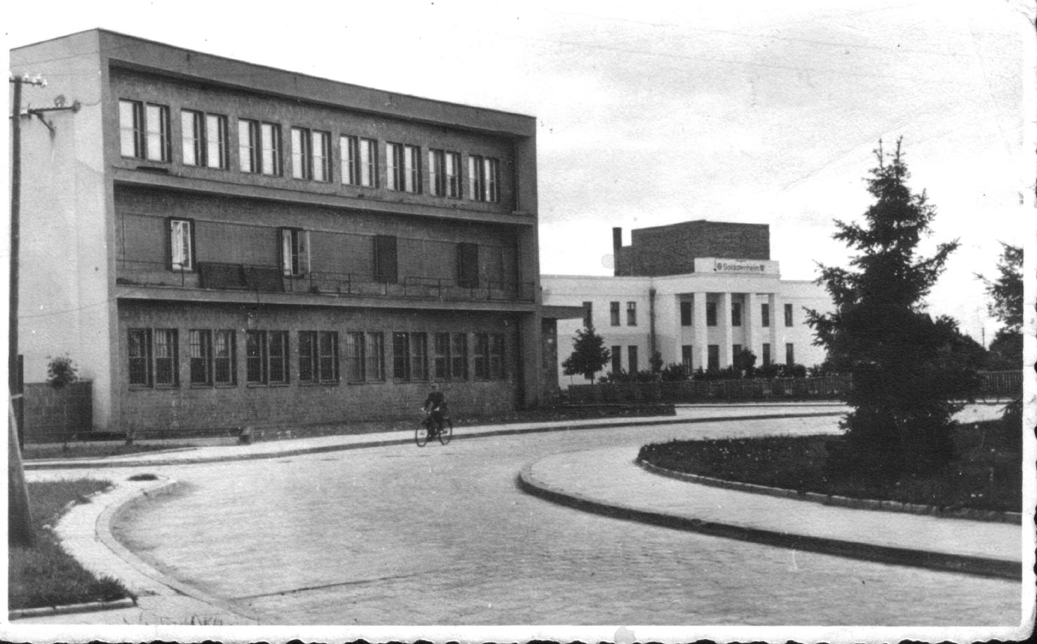 Здание почты (правее виден польский дом культуры, разрушенный в 1944 году). Фото: 1871.by