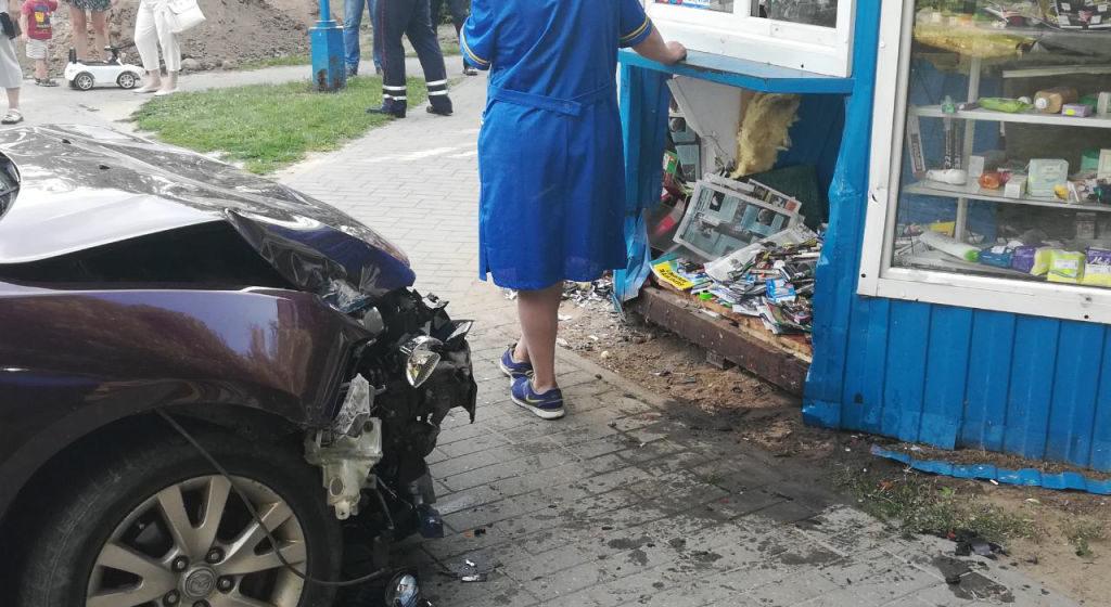 Mazda вдавила в киоск 6-летнюю девочку в Гродно. Малышка выжила лишь чудом