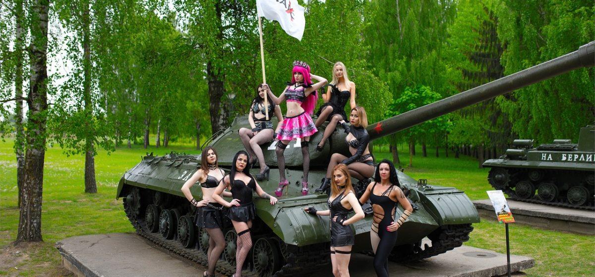 В Гродно стриптизерши решили поздравить с Днем Республики фотографией с Кургана Славы