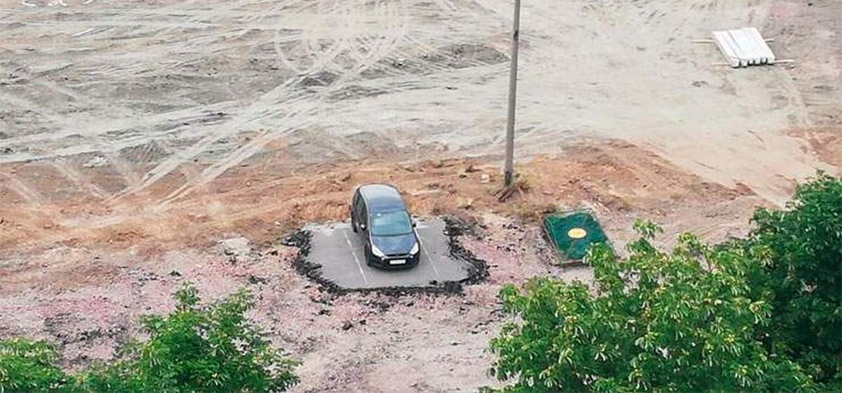 В Гомеле «Макдональдс» строят вокруг машины, которую никто не хочет забирать. Фотофакт