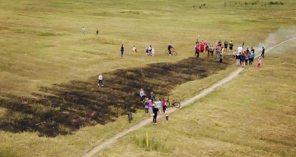 Дети тушили горевшую траву на пустыре в микрорайоне Боровки в Барановичах. Фотофакт