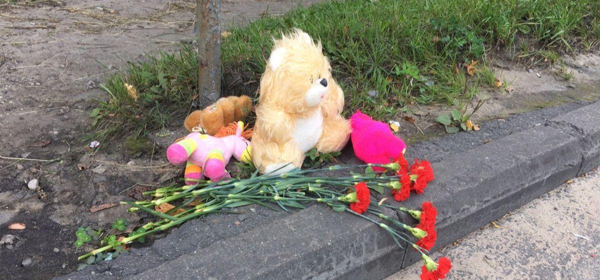 На месте ДТП в Барановичах, где погиб ребенок, появились цветы и игрушки. Фотофакт