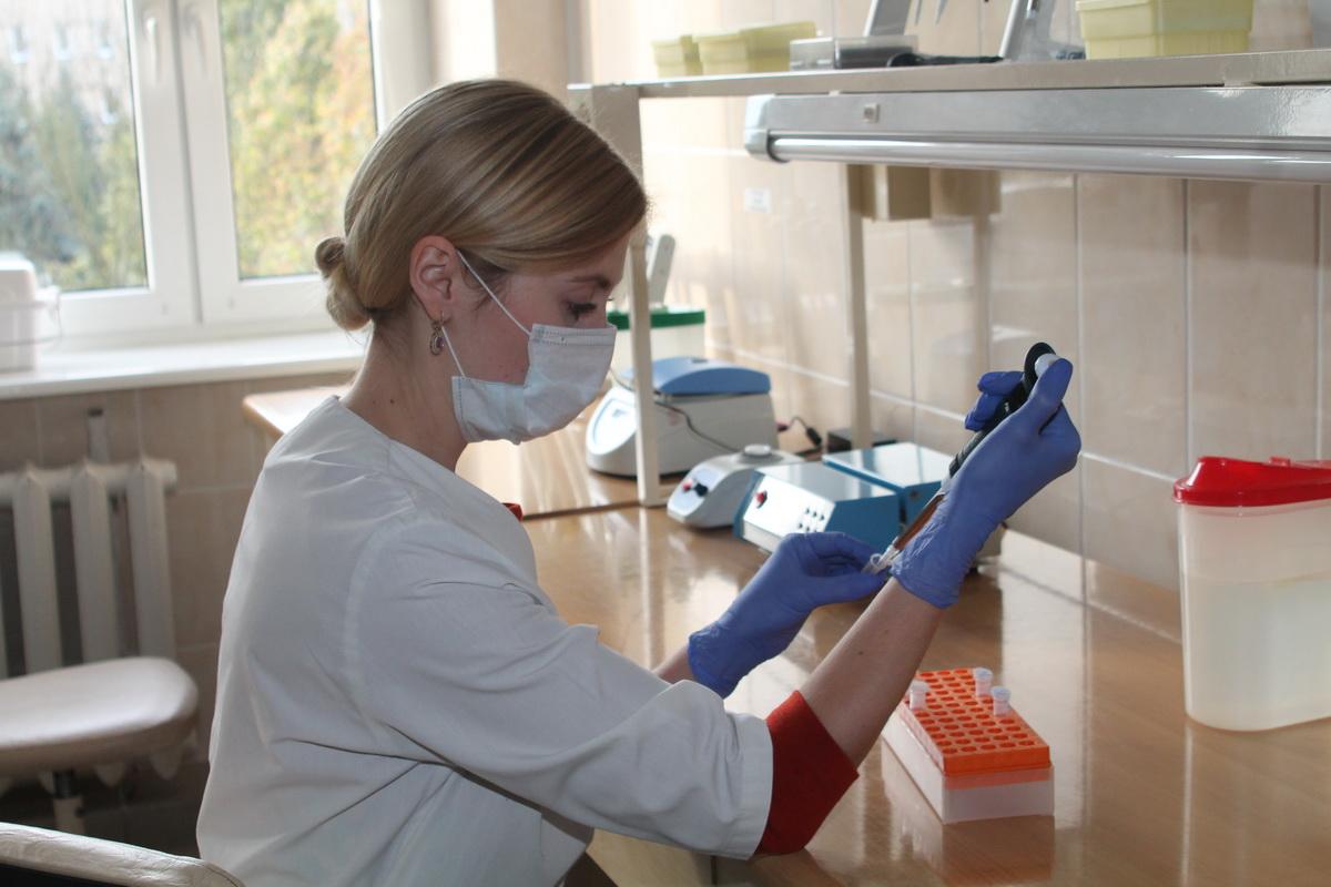 Татьяна Клиза проводит экспертизу по выделению ДНК. Фото: УГКСЭ по Брестской области