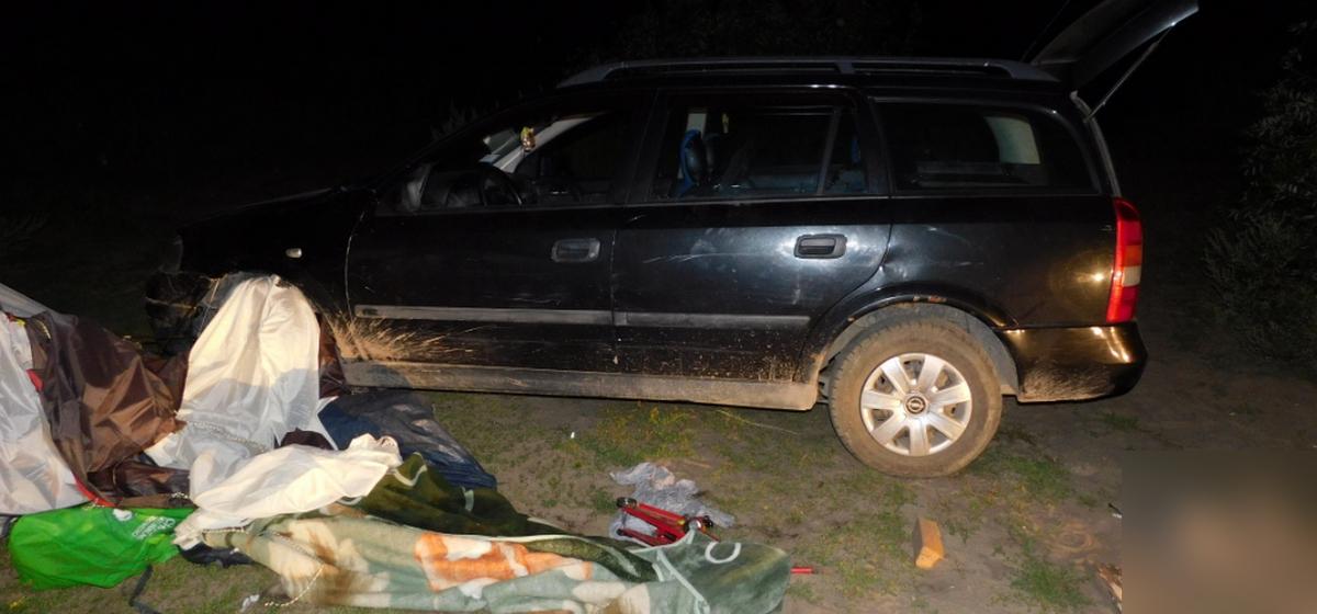 На озере Локтыши пьяная девушка наехала на туристическую палатку, где был ее сожитель