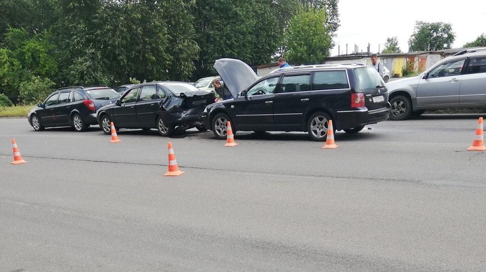 Три машины собрали «паровозик» в Барановичах. Фотофакт