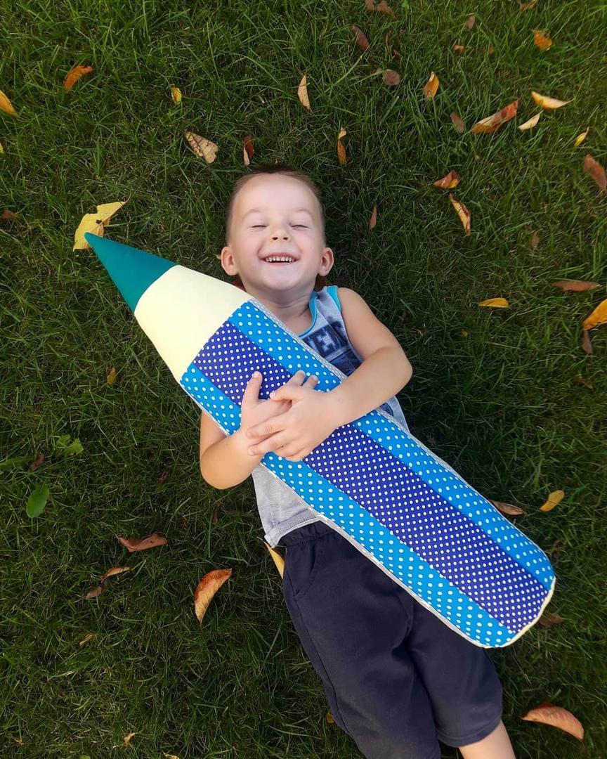 Сын Елены Кирилл с игрушкой-карандашом. Фото: личный архив Елены ЛИС
