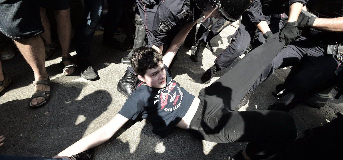 Тысячи людей в Москве вышли на демонстрацию за свободные выборы. Полиция дубинками разгоняет митинг – сотни задержанных