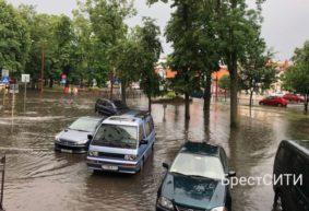 Сильный ливень затопил Брест. Гроза приближается к Барановичам. Видеофакт