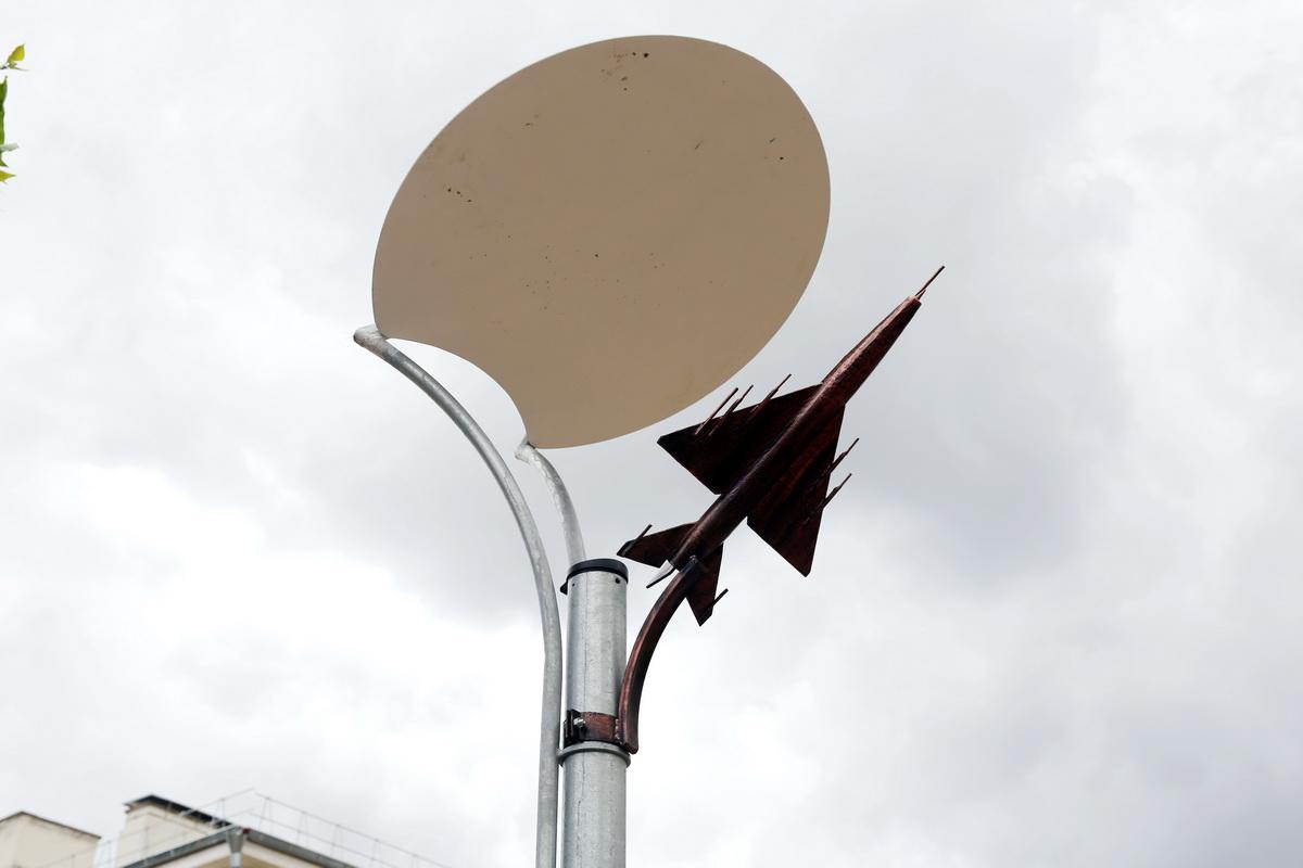 Макеты самолетов украшают светильники на аллее. Фото: Татьяна МАЛЕЖ