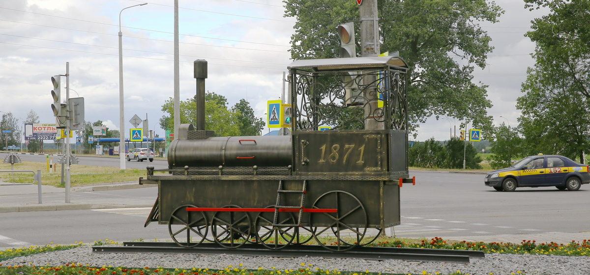 На въезде в Барановичи установили символ города – паровоз. Фотофакт