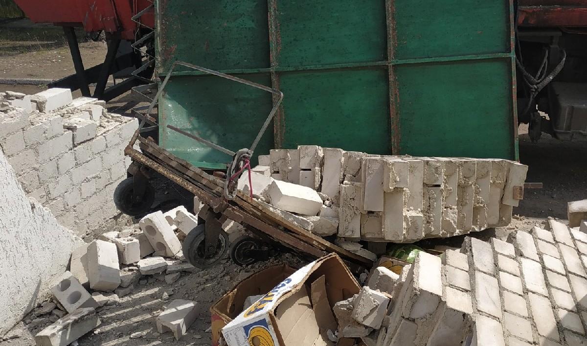 Мусоровоз не вписался. Кирпичная стена обрушилась на продавца арбузов.  Фото: Руслан РЕВЯКО