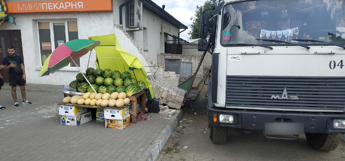 Кирпичная стена обрушилась на продавца арбузов на рынке после того, как мусоровоз не вписался в ворота