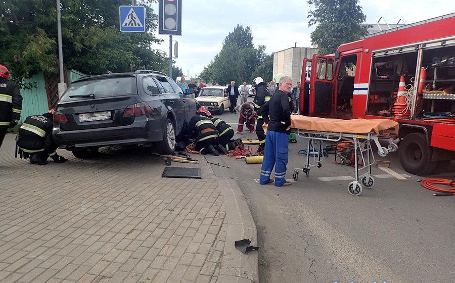 БМВ вылетел на тротуар и подмял под себя женщину в Бобруйске (фото)