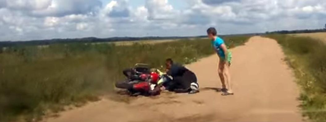 Видеофакт. Под Гомелем пьяный отец на мотоцикле с двумя детьми удирал от ГАИ
