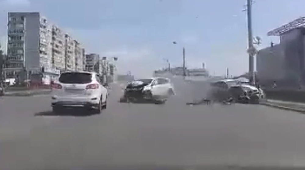 ТОП-5 ужасных аварий за неделю: женщину и ребенка чудом не выбросило из автобуса, гонщик влетел в толпу зрителей (видео 18+)
