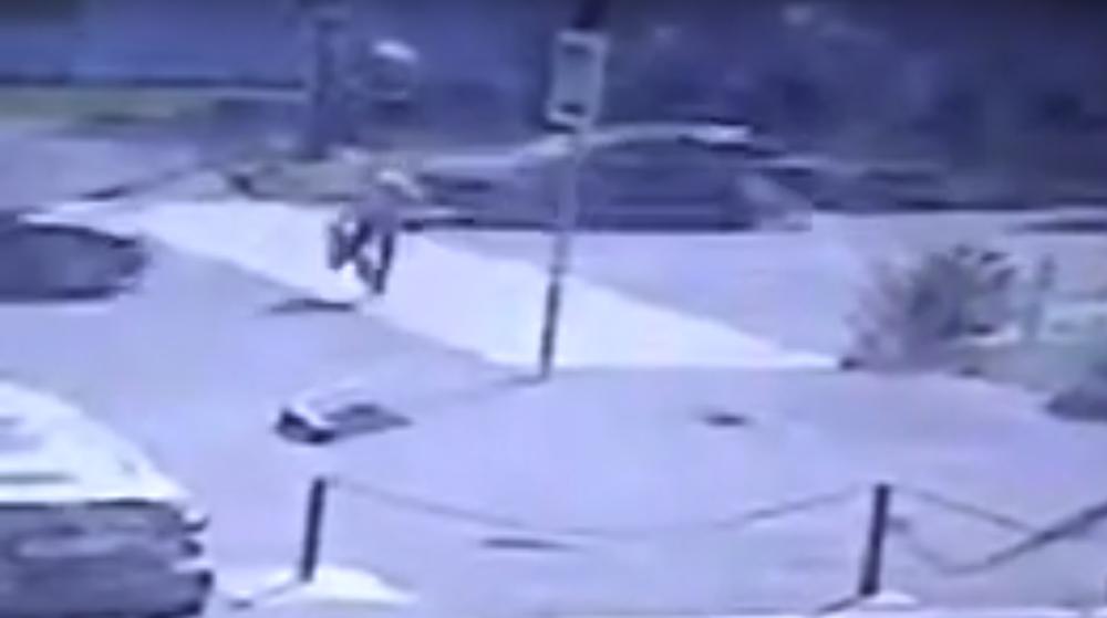 На пешеходном переходе в Гомеле легковушка сбила сотрудника милиции. Видеофакт