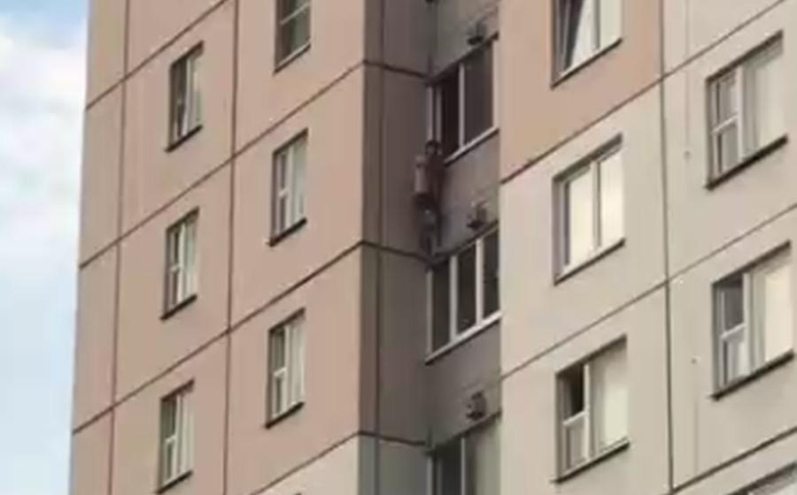 Минчанин вышел через окно на узкий бордюрчик на девятом этаже, чтобы покурить. Видеофакт