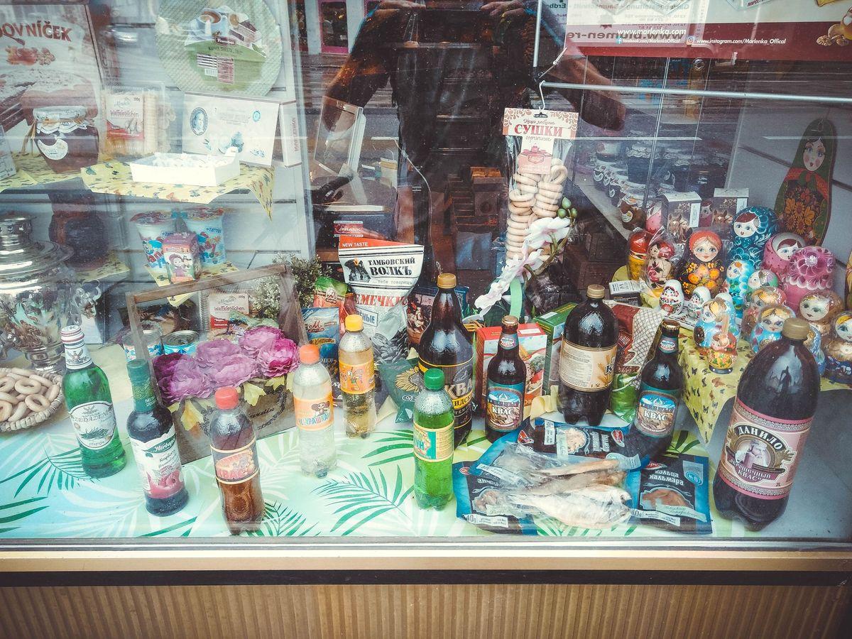 Витрина магазина в Вене, специализирующегося на продаже товаров из постсоветских стран. Белорусский квас там стоит 3,5 евро.
