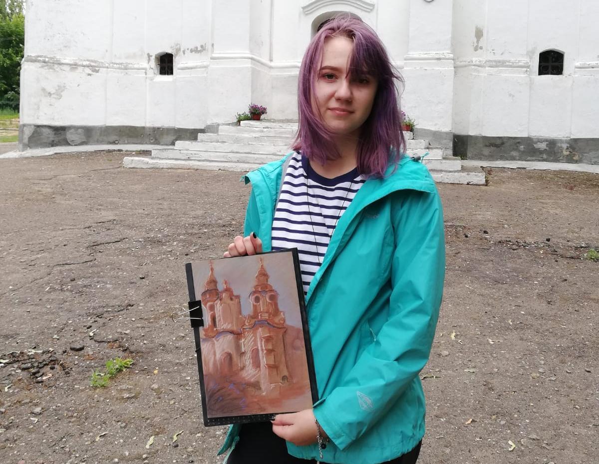 Паліна Валынец з малюнкам царквы. Фота: архіў Таццяны КІСЕЛЬ