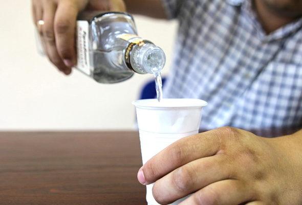 В среднем мужчина за год выпивает 90 бутылок водки. Как Беларусь тонет в алкоголе