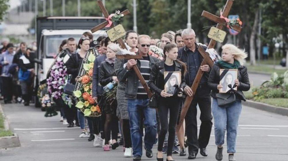 «Детей жалко, совсем маленькие». Белоозерск вышел на похороны жертв аварии