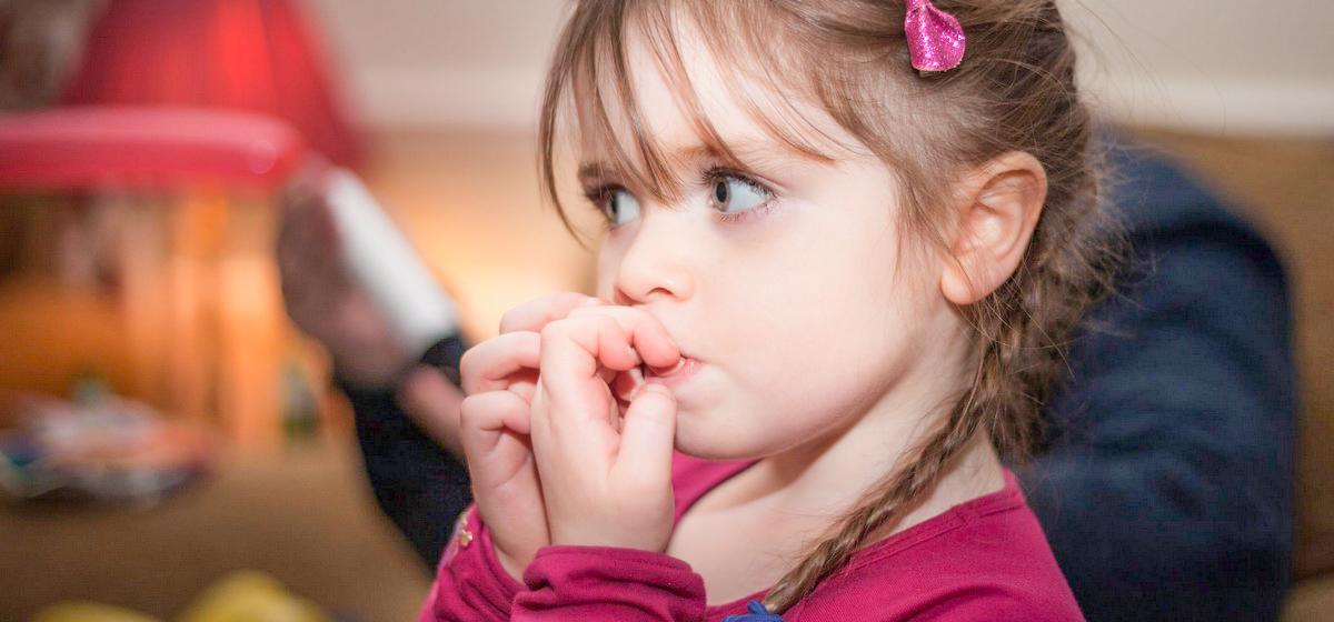Ребенок грызет ногти, тянет в рот все подряд, ломает игрушки. Как отучить малыша вредничать