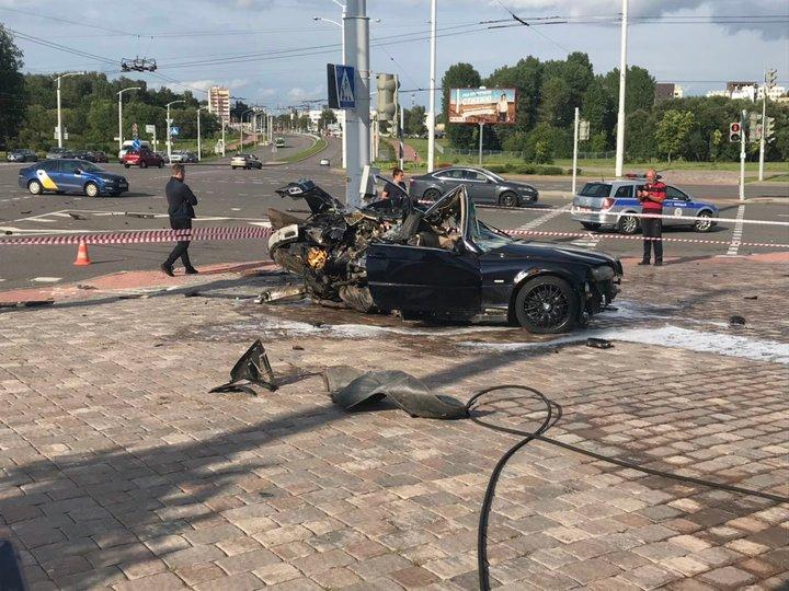 Серьезная авария в Минске: BMW столкнулся с Peugeot и от удара врезался в столб. Фото