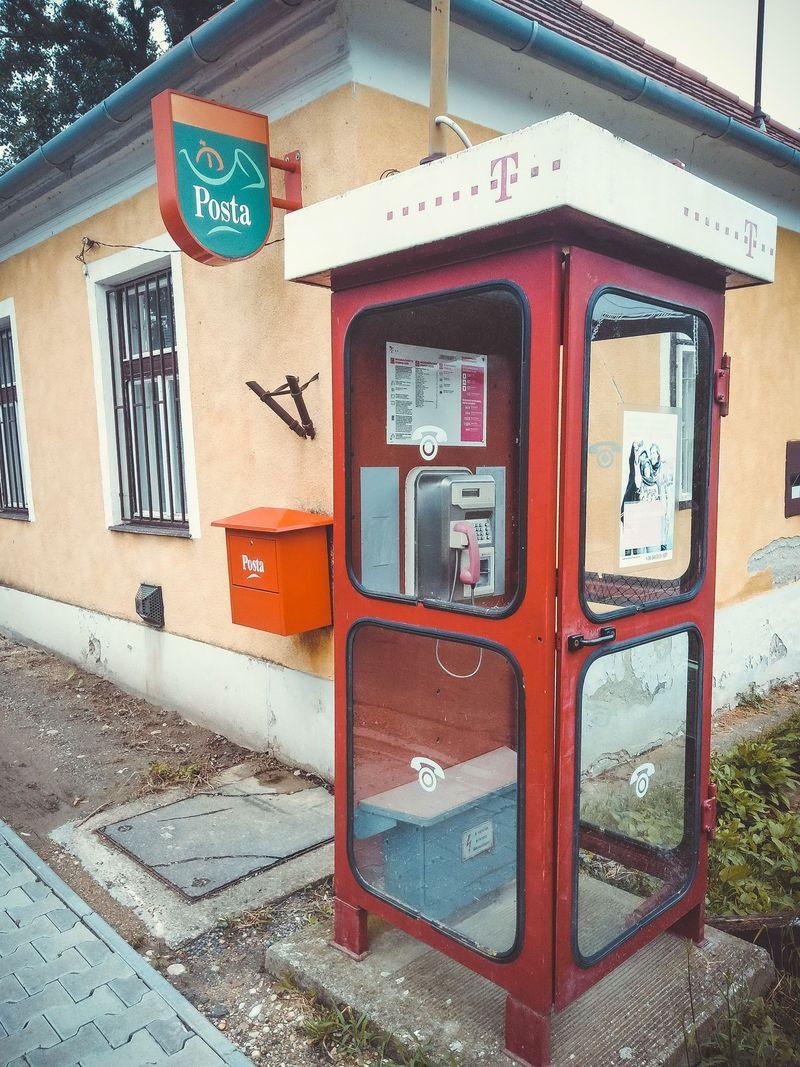 Старая телефонная будка в Венгрии.