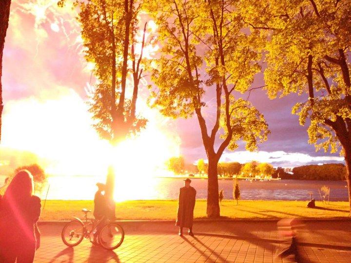 Очень яркая вспышка. Минский школьник сфотографировал взрыв во время салюта в День Независимости