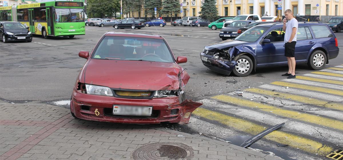 После столкновения один автомобиль отбросило на тротуар в центре Барановичей