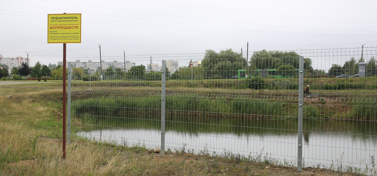 Ограждают технический водоем у Ледового дворца в Барановичах