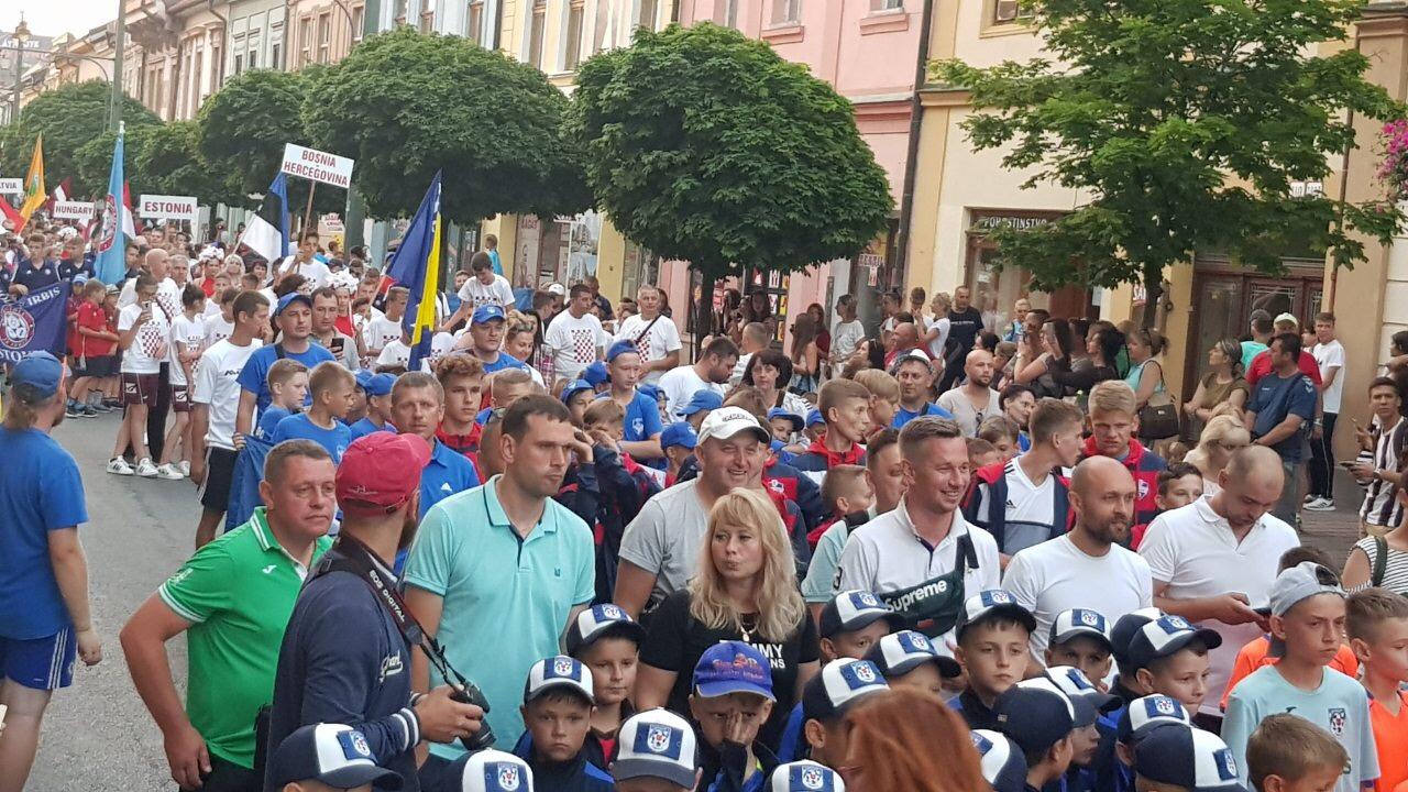 Барановичская команда (на переднем плане) во время открытия турнира.