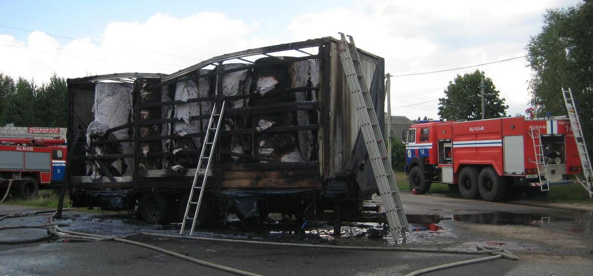 Прицеп фуры загорелся и сгорел вместе с грузом под Барановичами