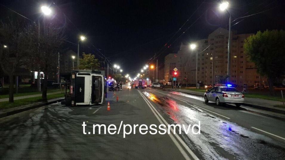 В Могилеве автозак перевернулся из-за столкновения с Porsche Cayenne