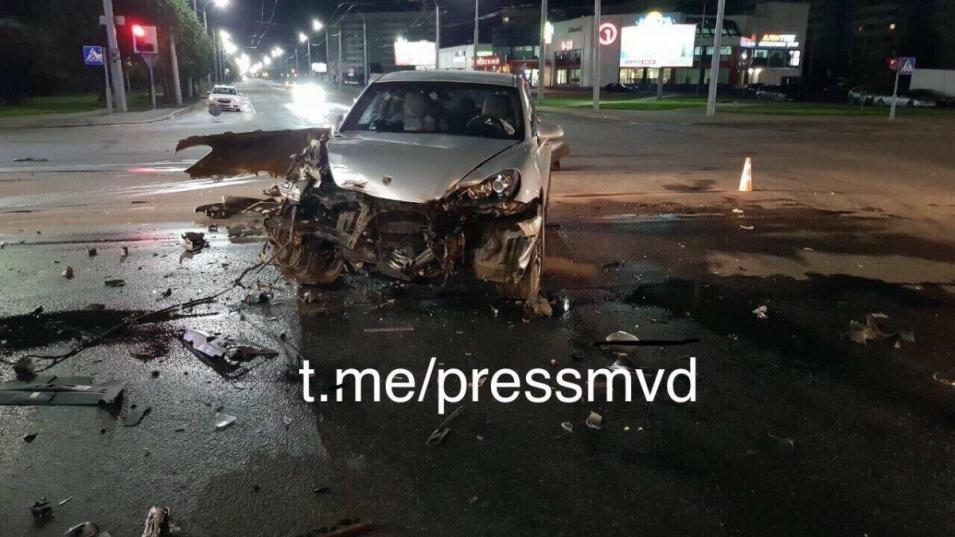 В Могилеве столкнулись Porsche Cayenne и конвойный «МАЗ». Фото: МВД