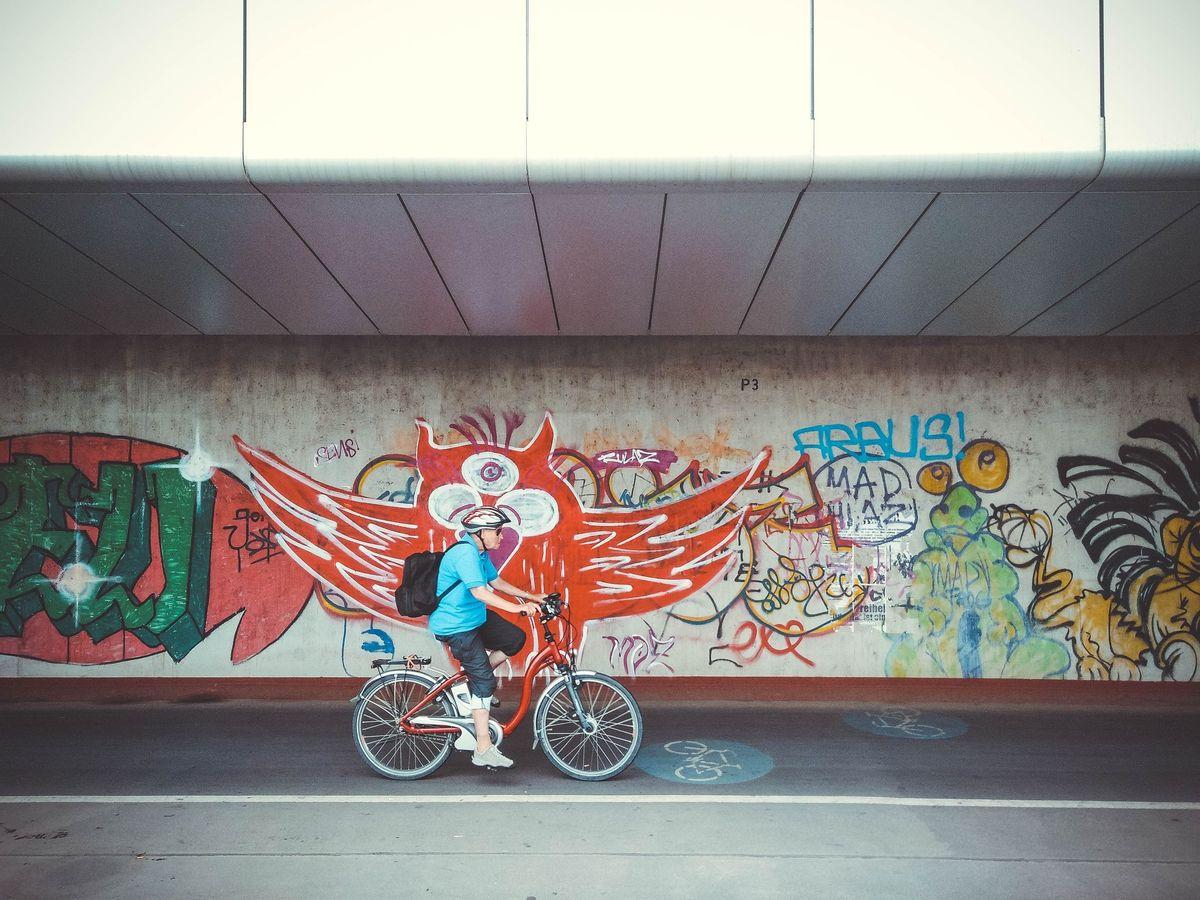 В Европе на велосипедах активно ездят даже люди преклонного возраста. Это фото было сделано в Вене.