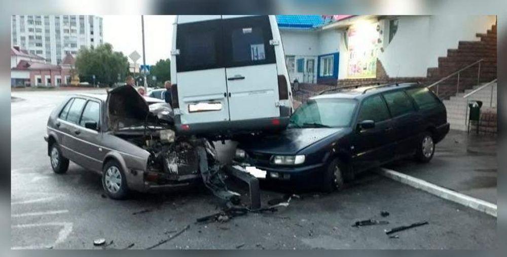 Маршрутка после удара запрыгнула на две легковушки в Мозыре. Фотофакт
