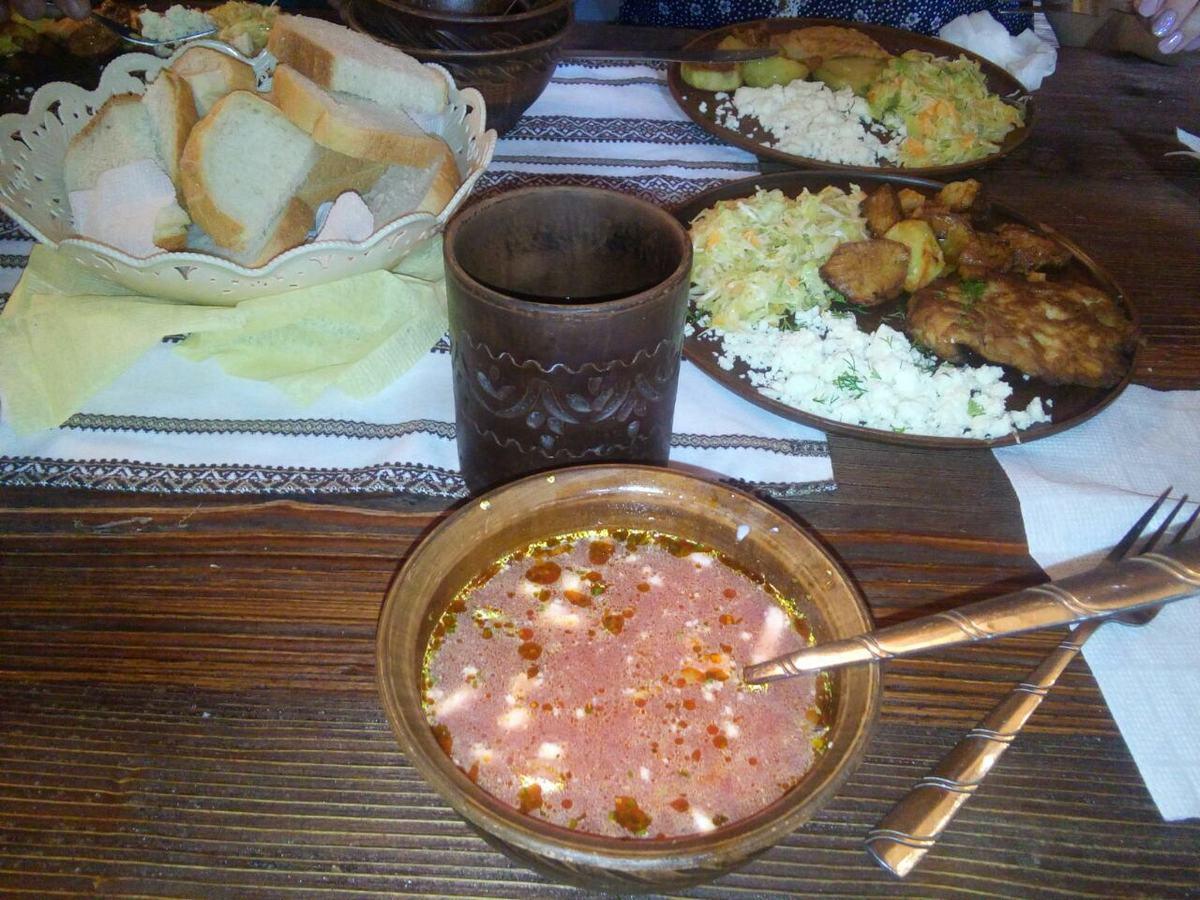 Обед в колыбе - небольшом горном ресторанчике. Фото: Елена ЗЕЛЕНКО
