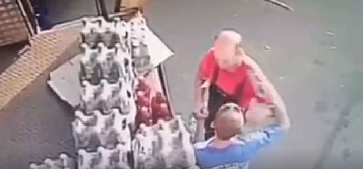 Пригрозил грузчику пневматикой и унес две бутылки пива: происшествие около супермаркета в Мозыре. Видео