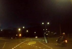 Скутерист нарушил правила и чуть не врезался в такси на перекрестке в Барановичах. Видео