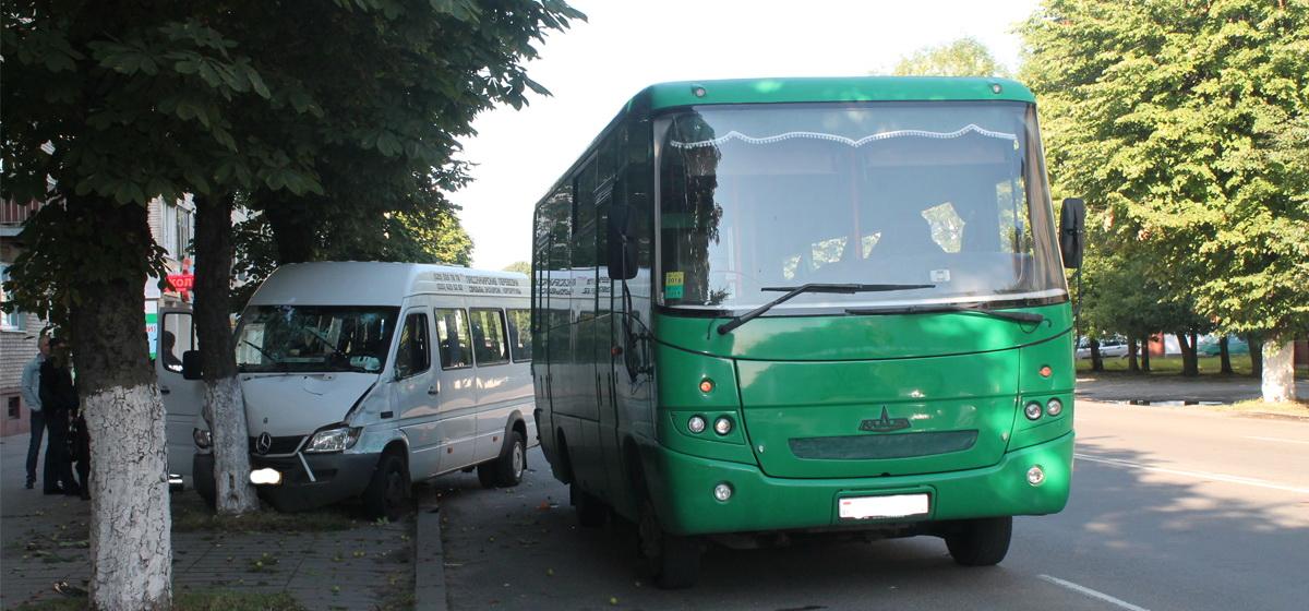 Маршрутка после столкновения с автобусом врезалась в дерево в Барановичах. Пострадал ребенок