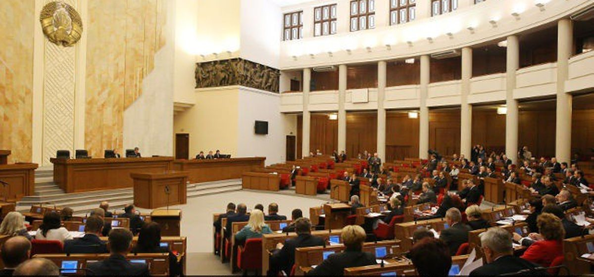 Евродепутаты отказались заходить в белорусский парламент через главный вход, так как ЕС не признает легитимность Палаты