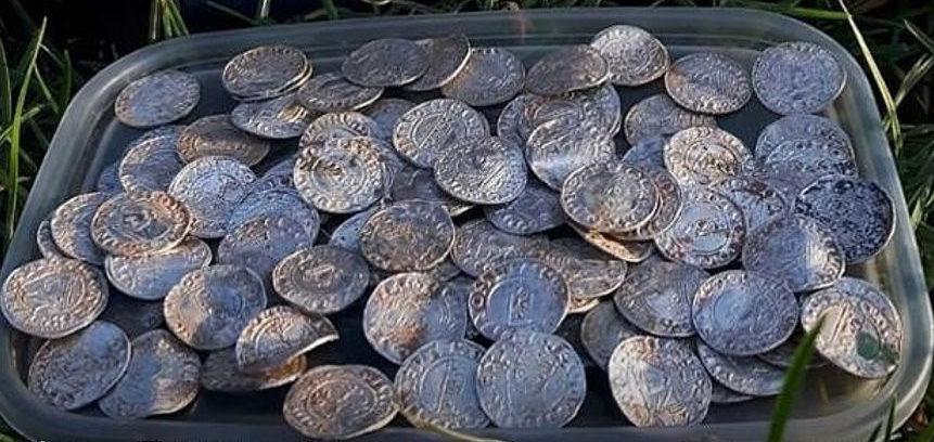 Супруги из Британии нашли тысячелетний клад из 2700 монет. Каждая стоит до 6 тыс. долларов