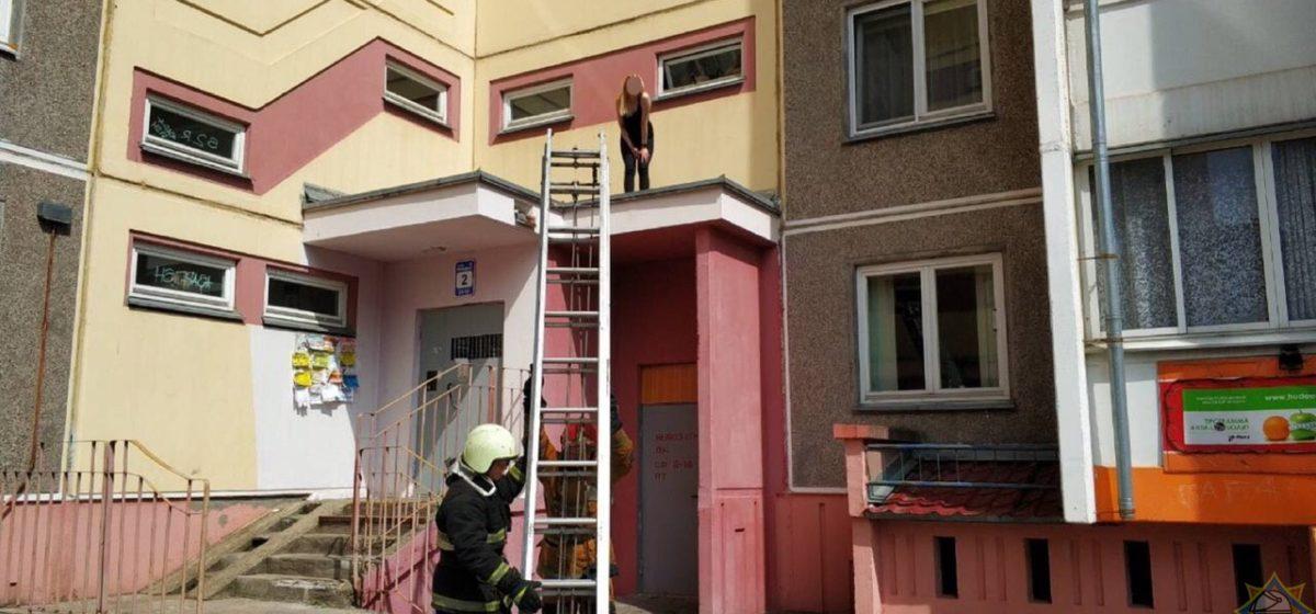 В Минске девушка залезла на козырек подъезда, а снимали ее оттуда спасатели