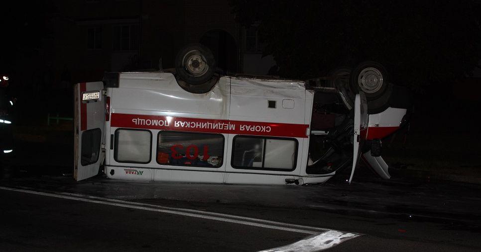 Скорая перевернулась на крышу после ДТП в Ивацевичах. Фото, видео