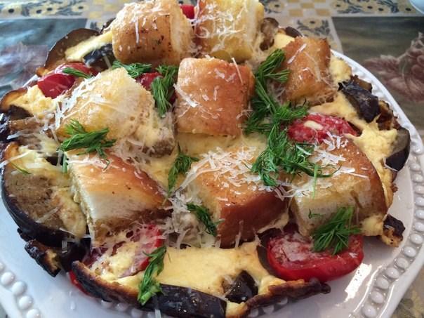 Вкусно и просто: яичница с баклажанами и белым хлебом