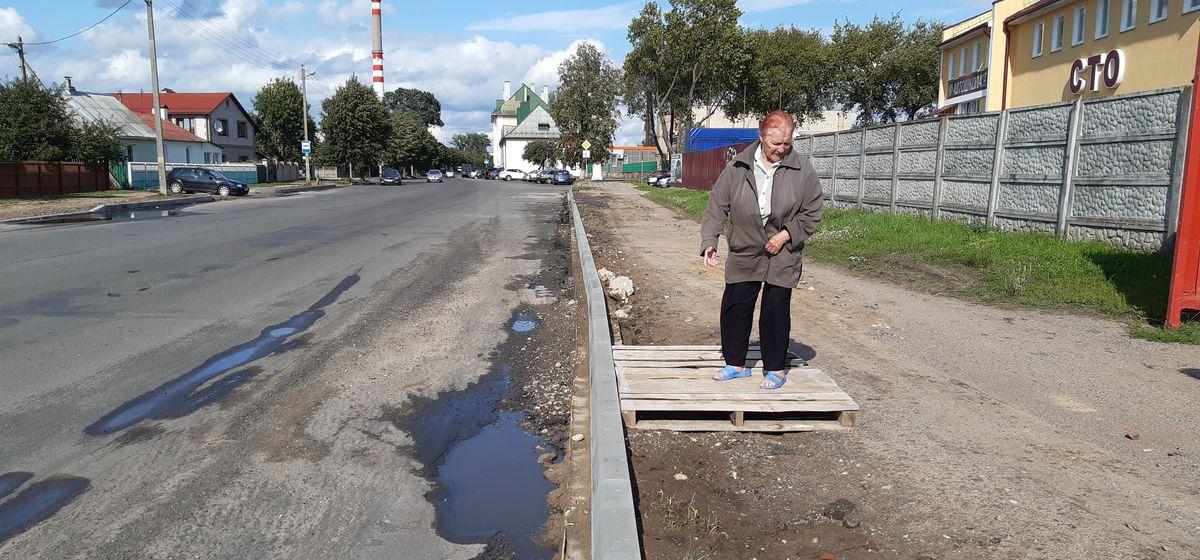 «Из автобуса приходится в лужу прыгать». На улице Вильчковского в Барановичах из-за погоды затянулся ремонт
