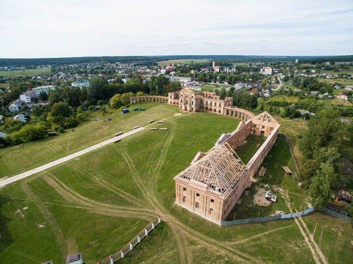 Над правым флигелем дворца Сапег в Ружанах начали возводить крышу